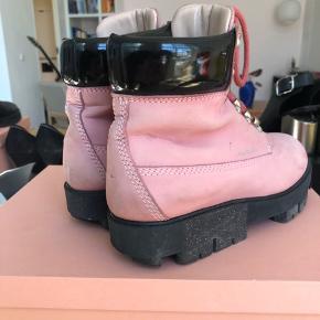 Fede bubblegum pink ørkenstøvler. De er nærmest aldrig brugt og i fin stand.