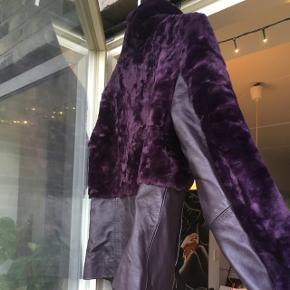 Flot figursyet jakke i den flotteste lilla/blommefarve med fine detaljer.   Læder og faux fur. ALDRIG BRUGT!  Str. 36.  500kr. i en hurtig handel.