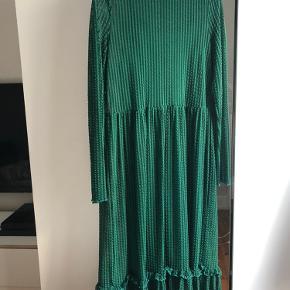 Sælger denne smukke grønne kjole fra Saint Tropez, da den desværre er for stor til mig. Kjolen har den smukkeste grønne farve og transparente ærmer 💚🍀