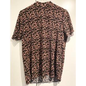 Sød t-shirt fra Pieces 🌸   - str. small - næsten som ny - flot mønster med bittesmå blomster  - plisse stof - lynlås i nakken   Nypris 249,-   Sælger billigt ud og giver gerne mængderabat 🤍   #trendsalesfund