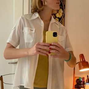 🦋 Retro skjorte 🦋  💜 Ingen str. angivet, men vil skyde på str. S 💜 Fine detaljer 💜Den helt rigtige længde, ikke for lang   Placering: Aarhus, Trøjborg (Varen kan afhentes på min adresse, hvis ønsket)   Søgeord: Retro, Vintage, 00'er, 90'er, 80'er, 70'er, 60'er, secondhand, genbrug, lopper, lises retro og vintage garderobe