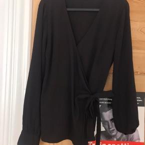 Wrap-bluse med bindebånd, som giver en fin figur. Skriv for flere billeder🖤