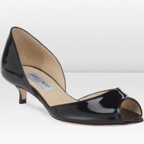 Kun brugt to gange indendørs med strømper i - de har ingen slid, ridser eller andet.   Jimmy Choo kitten heels stiletter i sort lak / Black patent læder i str. 41