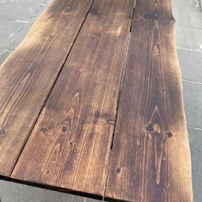Sælger mit smukke plankebord da jeg ikke får det brugt mere. Bordet er af fyrretræ med smukke organiske kanter.  Bordet har et rustik look med sine skrammer, men hvis man ønsker det kan man slibe det og give det lidt olie.  L: 160cm  B: 80cm