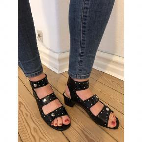 Gardenia stillet / sandal med nitter i læder. Brugt enkelte gange, men fejler intet - de er som nye.   Størrelse 38 - lidt små i størrelsen.