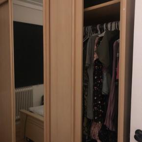 Rigtig flot Dobbelt garderobe med skyldedøre og spejl o det er ahorn. Købt før fra danbolig brugt kun 3 år og meget velholdt pæn. Sælges billig nu 900kr og sælger for min søster pga hun skal flytte ud snart. Og sælger også dobbeltseng bred 180Cm længe 200cm med masras sælges også 1400kr og sælger også komplet tvbord skænk og vitrine samlet sæt 900kr skriv eller ring hvis i interesseret