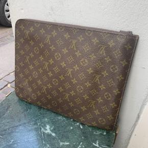 """Vintage Louis Vuitton taske model """"Poche Documents"""" af monogram kanvas.  Tasken fremstår i flot velholdt vintage stand, med naturlige brugsspor.  Tasken måler ca 37x28cm."""