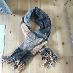Lækkert blødt og stort YAS halstørklæde. 2 m langt og 60 cm bredt