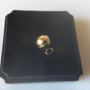 Vedhæng, fodbold, i 14 karat guld, stemplet 585. Næsten som nyt, ingen synlige brugsspor. Måler 7-8 mm i diameter.