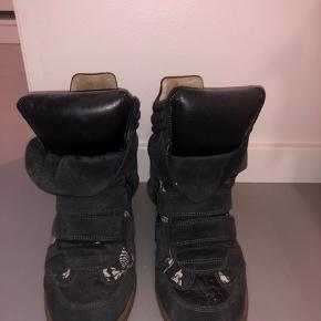 Super fine støvler fra Isabel Marant! De er brugt men i god stand! Købt for 2 år siden på Vestiaire Collective til 1200, så der er tjekket på ægtheden.  Byd gerne!
