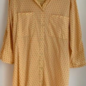 Flot gul & orange skjorte/tunika fra Copenhagen Luxe i str S/M Knap ved ærmerne, så de kan smøres op og knappes fast..   Brugt 1 gang og sælges for kun 150 kr Befinder sig i Tarup