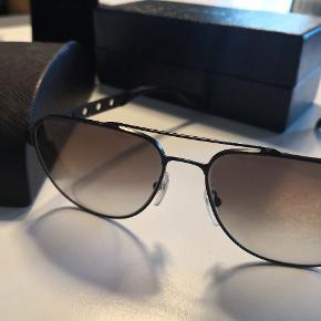 Super flotte sorte Prada solbriller model spr51r grey gradient original etui og kasse men ej kvittering. Købt i KaDeWe i Berlin. Garanterer 100% for ægthed. Super god stand men på det ene glas anes et par brugs ridser hvis man går tæt på, men nævnes skal det jo. Pris er pp