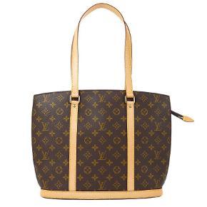 Louis Vuitton Babylone Tote Bag Skuldertaske. Monogramtryk, guldtonet hardware, lynlås i toppen, indvendig lynlåslomme, flade tophåndtag, foring. En klassisk årgang i den bedste tilstand, ingen patina på læderet, den har været godt holdt gennem årene.  Perfekt stand.  Størrelse (cm) B 35,0 x H 31,0 x D 11,0 cm  Rem: 29,0 cm   Sender gerne billeder, hvis det ønskes 🌹   Bud er velkomne gennem TS-systemet. Tryk køb nu📲 derefter afgiv bud 💎  Kvittering og dustbag medfølger.   Prisen på Farfetch er 15.000kr