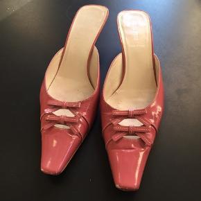 Lækre feminine rosa sko fra Miu Miu, str.39 brugt men stadig i go stand ( dog små slid på snuderne) nypris 4900,- sælges for 500,-