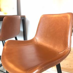 Flotte kunst læder stole/bar stole sælges.  De er et par år gamle og derfor også brugte, men i rigtig flot stand.   Der medfølger i alt 8 stole i prisen. 4 i kunst læder og 4 i sort plast. (Se billederne)   Mål:  Stole - H: 102/SH:74, L: 39, B/D: 49, vægt: ca 3 kg Ikea stole - H: 90/SH: 63, L: 44, B: 54  Vi sælger også bordet i et andet opslag.