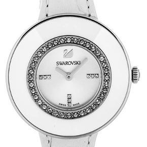 Swarovski ur med læder rem og 36 krystaller. Kun prøvet på, står som helt nyt.  Nypris: 2.300 kr Sælges til: 750 kr Certificate haves, dog haves kvittering ikke. Det har været en gave.