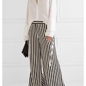 Varetype: Bukser Størrelse: 34 Farve: Sort Hvid Oprindelig købspris: 2200 kr.  Style - Ladralla bukser i sort/hvid. Aldrig brugt. Mp. 700 kr via mobilpay -  bytter ikke.