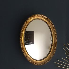 Gammelt spejl med guldkant.