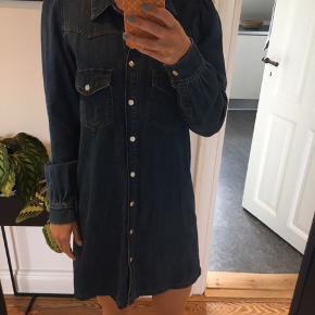 Fed denim kjole fra Zara med knapper hele vejen ned og puf detalje ved ærmerne