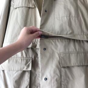 Sandfarvet oversize jakke med store lommer fra & Other stories. Jakken har en lynlås, så jakken kan blive kortere (se billede 3)