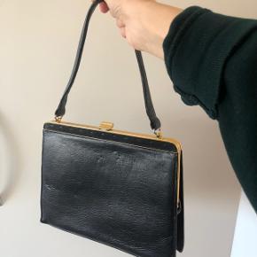 Rigtig fin vintage håndtaske i lækkert kvalitetsskind. Har en god størrelse med plads til pung, telefon, solbriller mv. den er i god stand, men har mindre brugsspor, da den er vintage.