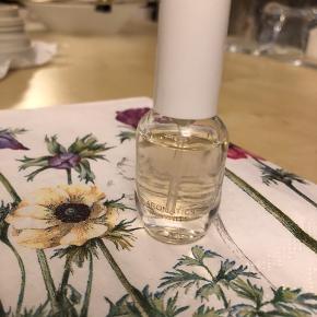 Lille duft Aromatics in White. Testet. Sælges billigt eller kan medfølge ved et andet køb.   22,- + fragt. Sender med Dao kr. 37,- i alt 59,-  Bytter ikke.  Mængderabat 🌻🌴