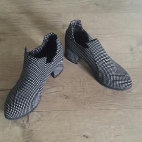 Fine sort/hvid mønstret støvle med lille hæl.  Str. 37  Aldrig brugt.  Køber betaler porto.