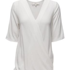 Fin top/bluse med v-udskæring og flot drapering foran. Er brugt få gange  Nypris 600kr Bytter ikke  Se også mine andre annoncer 🌻