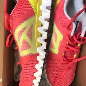 Sælger disse sneakers fra Reebok i str. 38,5. De har aldrig været brugt.    Multifarvede.    Tags: løbesko sportssko træningssko fitness træning