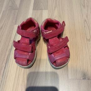 Ecco sandaler med velcrolukning og god støttende sål str 21. Brugte men fejler intet.  Nypris 550kr  Køber betaler Porto.