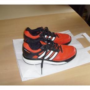 Varetype: Søde sportssko (22cm.) Farve: Orange Oprindelig købspris: 600 kr.  Søde sportssko. brugte indendørs som idrætssko ved siden af andre sko så de er super velholdte. Indvendig sål. 22cm. Jeg har 3 tilbud som du kan vælge mellem   Jeg har 3 tilbud som du kan vælge mellem 1- Tjek mine mange annoncer. Mange kendte mærker, køb for 1200,- incl. pakke med Dao og vælg en vare helt gratis uanset pris eller mærke :) 2- Køb 2 varer med fri fragt 3- Køb 3 varer og få den billigste af dem helt gratis dog porto skal betales Jeg bytter desværre ikke Mp. 175pp sendes med Dao