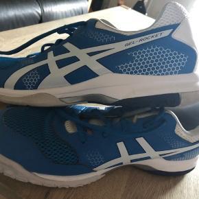 Super skønne sko som kun er brugt få gange i fitnesscenter ...