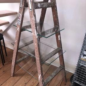 Gammel trappestige hvor der er blevet lavet glasplader hos en glarmester. Fed som hylde, skoreol, tøjstativ(hylder) eller andet kreativt. (se billedet for egne løsninger)   Mål: højde 114, længde 74, bredde 47