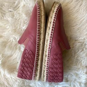 Beautiful and comfortable dusty pink BV espadrilles in nappa leather. Very good condition except for creases from wear. Comes with original box.