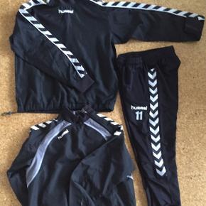Hummel bukser og to trøjer/windbreaker/anorakker sælges samlet eller hver for sig. Samlet pris ide 230 kr inkl Porto (afhentning er også velkommen)