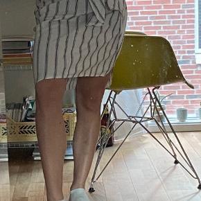 Flot midi nederdel fra Zara, har lidt elastik i taljen