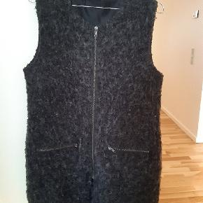 Dejlig uld overtrøje fra Modström både til over en langærmet trøje eller en læderjakke.