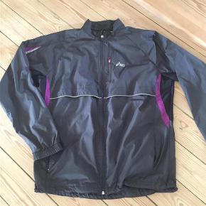 Varetype: løbe trænings jakke Størrelse: 42 Farve: sort Oprindelig købspris: 600 kr.  Rigtig god kvalitet og brugt ganske lidt.