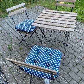 Havesæt, bordet har et bøj på et af pladerne som man kan se på billedet. 150 kroner med 4 hynder