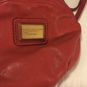 Lille rustrød taske. Perfekt størrelse til de mest nødvendige ting som tlf, pung og nøgler