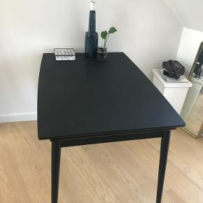 Skønt sortbejdset curve spisebord fra PBJ Furniture købt i ILVA i 2017. Perfekt bord til den lille lejlighed, der kun sælges da vi flytter i større bolig.  Spisebordet har massive trækanter og træben samt hollandsk udtræk, som gør det nemt at trække bordets tillægsplader ud (bliver 222 i længden). Bordpladen er behandlet med nano-laminat, hvilket gør den fantastisk let at tørre af og holde ren.  Bordet kan næsten ikke opstøves i sort og er derfor meget sjældent.  Mål: 82x122-222cm, Højde: 75cm Købspris: 8799kr i ILVA.