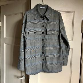 Super flot skjorte fra Mango. Har et rigtig flot snit. Str. M 🌙 Brugt men fremstår i god stand.   Kan hentes på Vesterbro eller sendes med dao