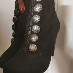 Helt nye ubrugt militær stil støvler , klassisk design med rød bund. Ca. 7cm hæl  Størrelse 36  Bytte kun med dr martens , hunter , aldo , havana, asos, bianco eller Nelly støvler
