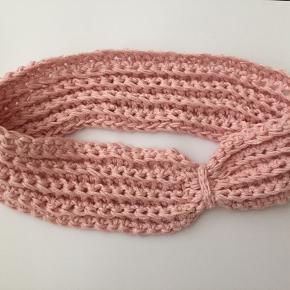 Hjemmehæklet, varmt pandebånd med sløjfe-detalje i lyserødt bomuldsgarn. Laves også gerne i andre farver på bestilling! Flere på profil + kommer op løbende - følg gerne! ❤️
