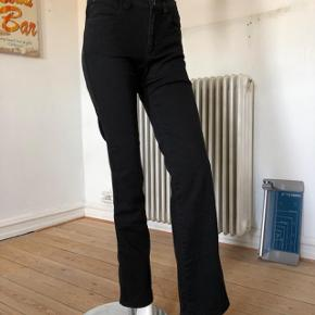 """Sorte Armani jeans. De blev købt i 00-erne, brugte lidt men fejler intet. Er som nye.  Klassisk fit. """"Never out of style"""". str 27. Byttes ikke."""