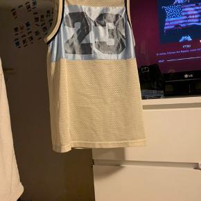 #30dayssellout Sælger denne basketball trøje som er en størrelse medium rigtigt men den fitter en xs-s