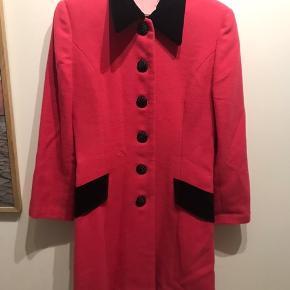 Pink vintage frakke, med de smukkeste detaljer! Velour på kraven og lommerne og slids bagpå.   Kan også bruges til kjole i det kolde vejr, og ellers en god overgangs jakke 💕