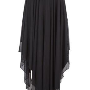 Varetype: Maxi Farve: Sort Oprindelig købspris: 700 kr.  Super fin lang mesh skirt fra Rue de Femme med elastik i talje. Asymetrisk i siderne og jersey foer under. Falder smukt og er blød og lækker at have på. Brugt få gange