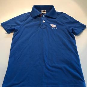 Varetype: T-shirt Størrelse: 10år Farve: BLÅ Oprindelig købspris: 300 kr.  Super lækker blød polo, har kun været brugt få gange og fejler ikke noget.                                Bytter ikke og prisen er fast