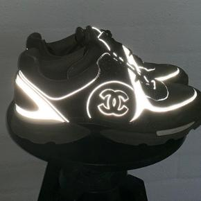 Flotte chanel sneakers med box og dustbags inkluderet.   En enkel flaw på spidsen af den ene sko som kan ses på billedet